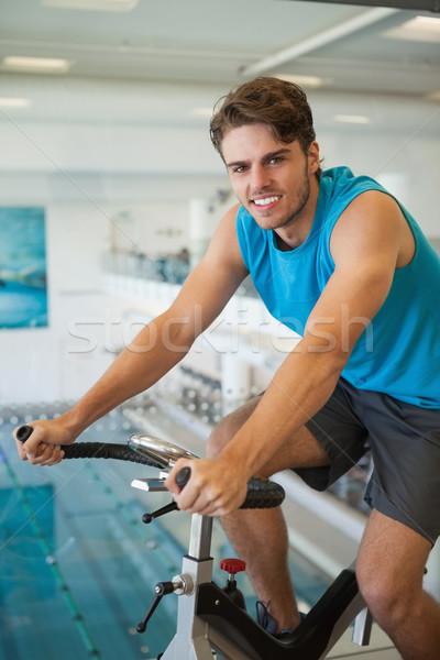 Mosolyog fitt férfi pörgés bicikli tornaterem Stock fotó © wavebreak_media