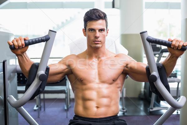 Izmos férfi dolgozik fitnessz gép tornaterem Stock fotó © wavebreak_media