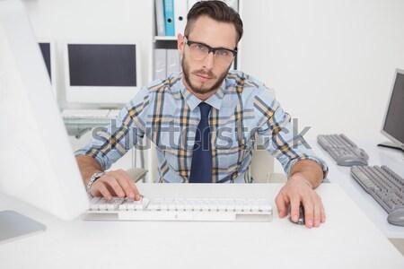 Fókuszált lezser üzletember dolgozik asztal iroda Stock fotó © wavebreak_media