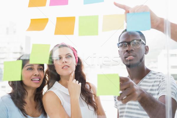 Fókuszált csapatmunka olvas cetlik iroda megbeszélés Stock fotó © wavebreak_media