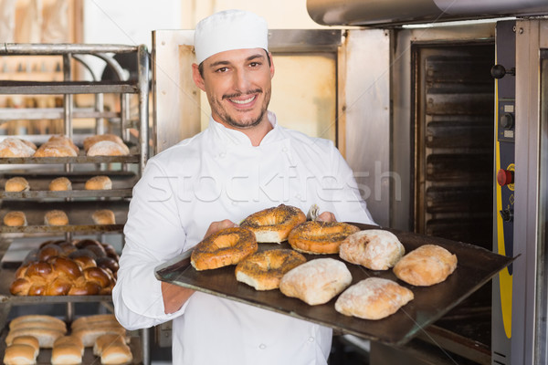 Szczęśliwy piekarz taca świeże chleba Zdjęcia stock © wavebreak_media