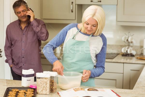 Felice marito dietro home cucina Foto d'archivio © wavebreak_media