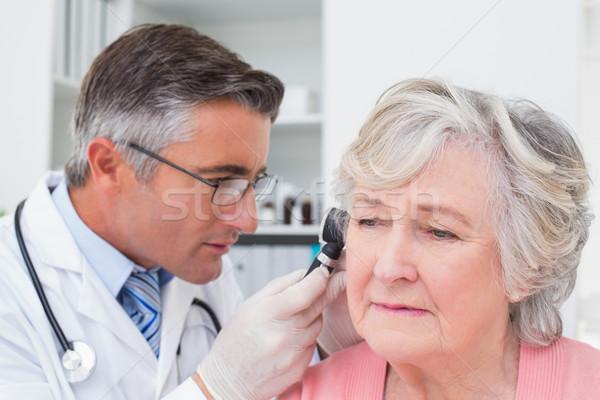 Сток-фото: врач · уха · мужской · доктор · женщины · женщину