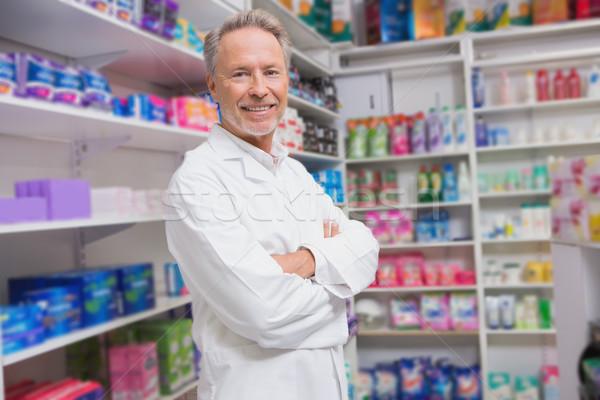 Idős gyógyszerész mosolyog kamera kórház gyógyszertár Stock fotó © wavebreak_media
