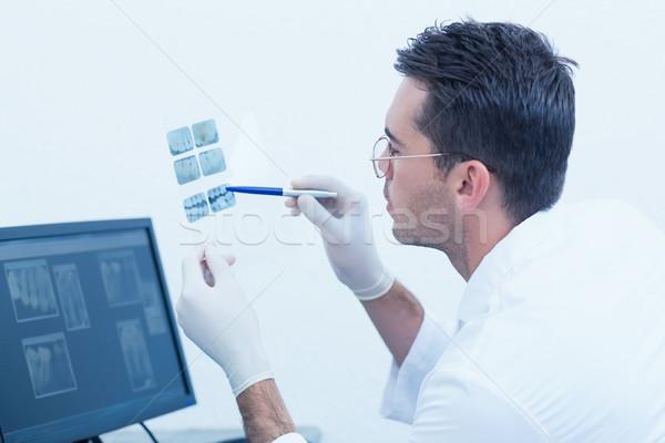 концентрированный мужчины стоматолога глядя Xray вид сбоку Сток-фото © wavebreak_media