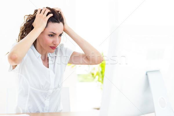 Verärgert Geschäftsfrau Sitzung Schreibtisch weiß Computer Stock foto © wavebreak_media