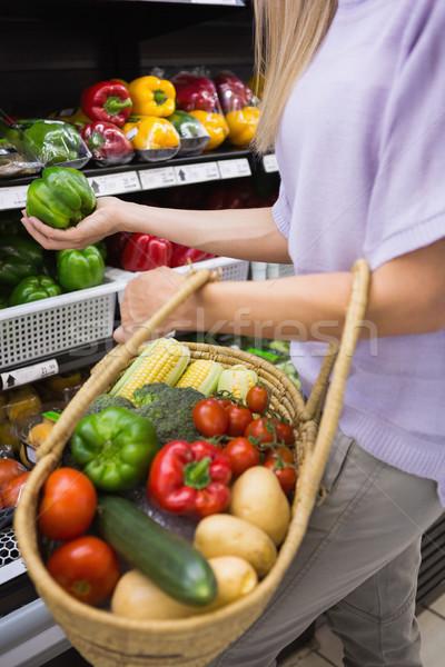Gülen güzel sarışın kadın satın alma ürünleri süpermarket Stok fotoğraf © wavebreak_media