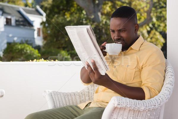Homem xícara de café leitura jornal moço Foto stock © wavebreak_media
