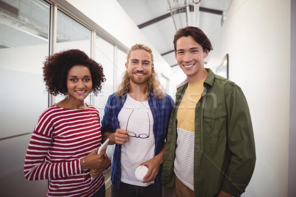 Portrait souriant affaires collègues permanent couloir Photo stock © wavebreak_media