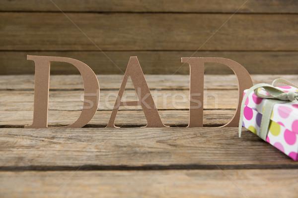 Papá texto caja de regalo mesa mesa de madera madera Foto stock © wavebreak_media