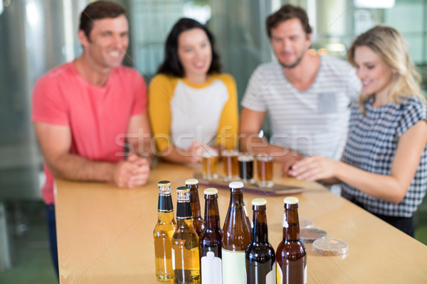 Bierfles vrienden permanente bar man Stockfoto © wavebreak_media