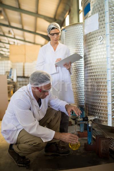 Onderzoeken olijfolie fabriek business man schrijven Stockfoto © wavebreak_media