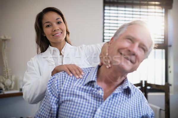 Portret uśmiechnięty kobiet terapeuta szyi masażu Zdjęcia stock © wavebreak_media