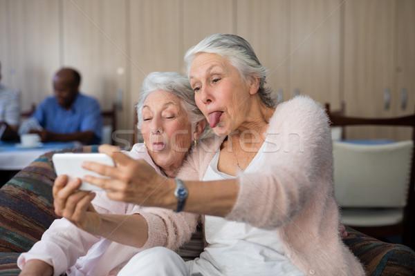 Idős nők készít arc elvesz okostelefon Stock fotó © wavebreak_media