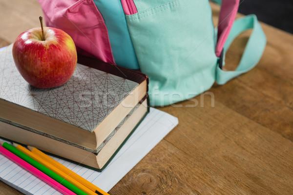 Manzana libros primer plano escuela frutas Foto stock © wavebreak_media