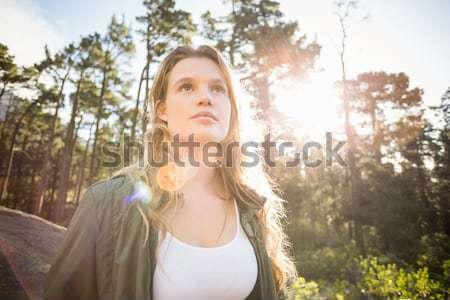 Jovem corredora olhando algo distância natureza Foto stock © wavebreak_media
