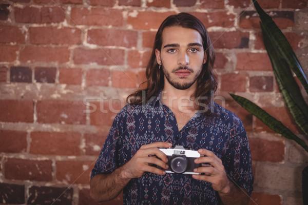 Retrato jóvenes fotógrafo cámara pared de ladrillo Foto stock © wavebreak_media
