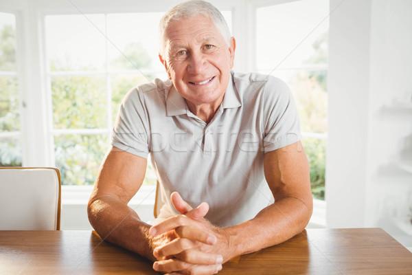 Gelukkig senior man vingers home muur Stockfoto © wavebreak_media