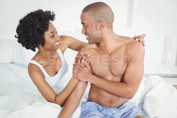 Szczęśliwy para posiedzenia bed mówić kobieta Zdjęcia stock © wavebreak_media