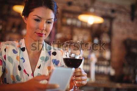 Mooie serveerster wijnglazen portret glimlach Stockfoto © wavebreak_media