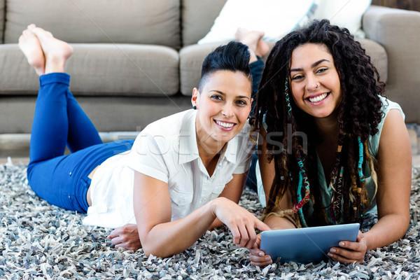 Sorridere lesbiche Coppia tappeto digitale tablet Foto d'archivio © wavebreak_media