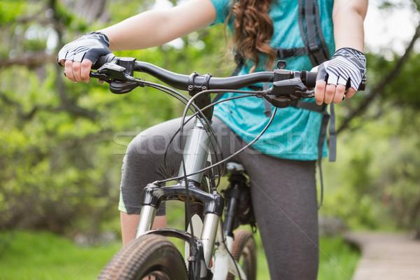 Mulher ciclismo grama natureza Foto stock © wavebreak_media