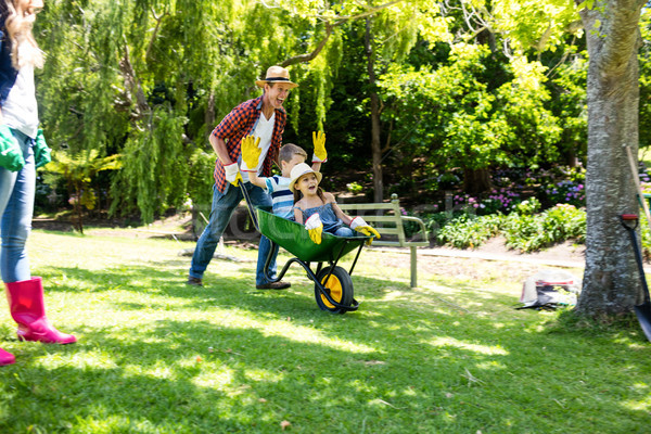 ストックフォト: 父 · 娘 · 手押し車 · 公園