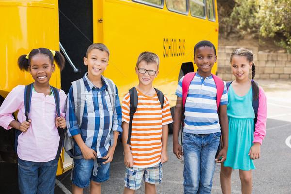 Sorridente crianças em pé juntos ônibus escolar retrato Foto stock © wavebreak_media