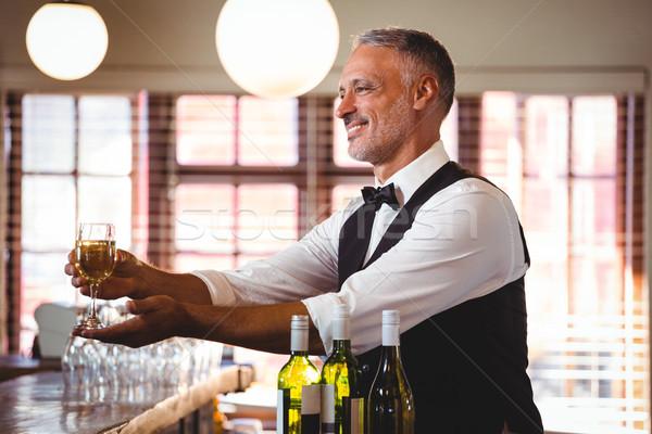 Sorridere barista offrendo vetro counter Foto d'archivio © wavebreak_media