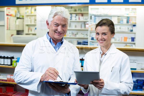 Megbeszél digitális tabletta vágólap portré gyógyszertár Stock fotó © wavebreak_media