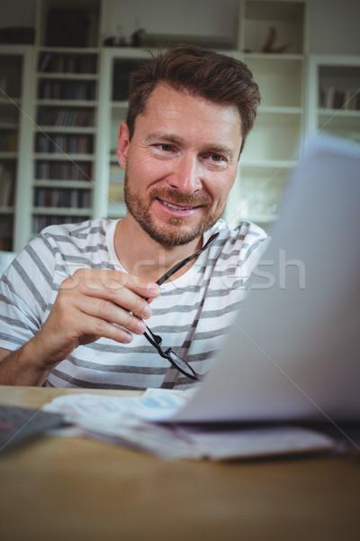 Heureux homme regarder maison ordinateur Photo stock © wavebreak_media