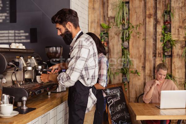 Camarero cocina hombre café mesa Foto stock © wavebreak_media