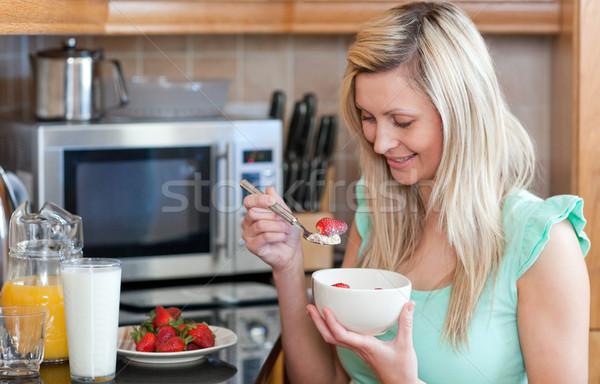 Stock fotó: Vidám · nő · egészséges · reggeli · konyha · otthon
