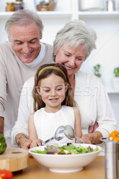 Felice nonni mangiare insalata pronipote cucina Foto d'archivio © wavebreak_media