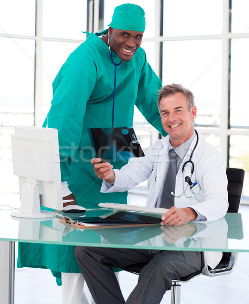 Médecins étudier xray hôpital médecin médicaux Photo stock © wavebreak_media