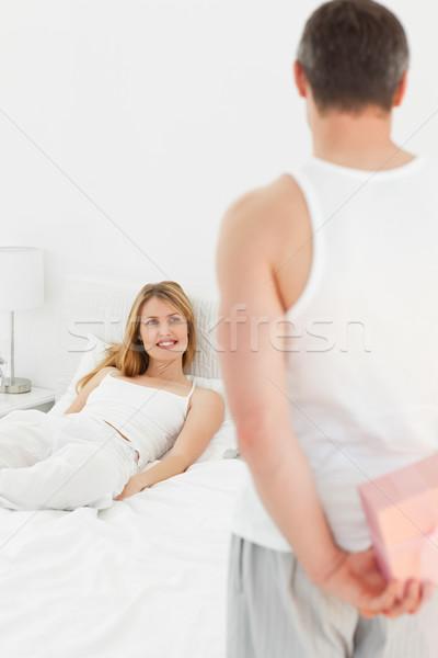 Uomo offrendo presenti fidanzata home stanza Foto d'archivio © wavebreak_media