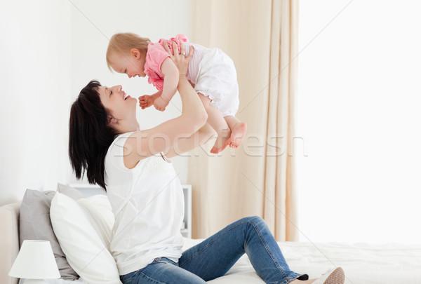 Goed kijken brunette vrouw spelen baby vergadering Stockfoto © wavebreak_media