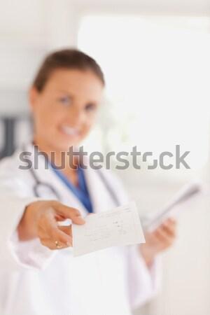 Sonriendo morena médico fuera prescripción cirugía Foto stock © wavebreak_media