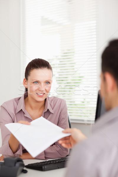 Empresária presentes contrato cliente sorrir homem Foto stock © wavebreak_media