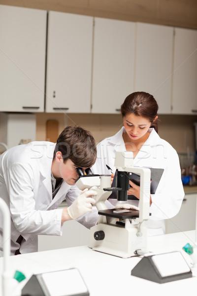 Portret wetenschapper naar microscoop ander Stockfoto © wavebreak_media