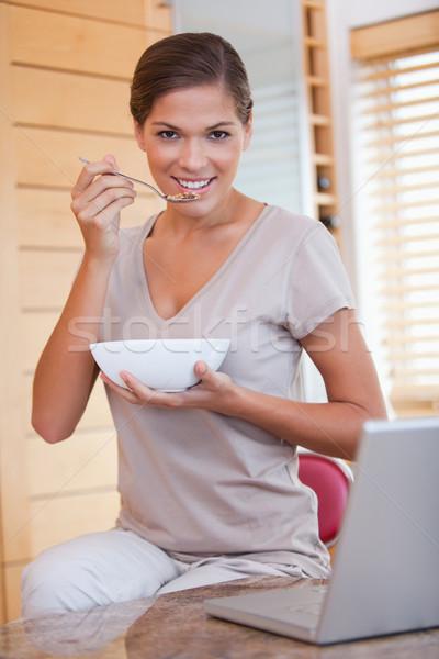 Stok fotoğraf: Genç · kadın · çanak · tahıl · dizüstü · bilgisayar · mutlu · ev