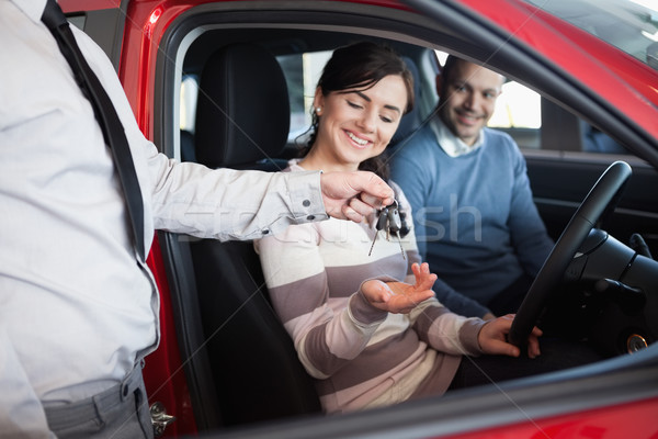 Satıcı tuşları gülen çift araba kadın Stok fotoğraf © wavebreak_media