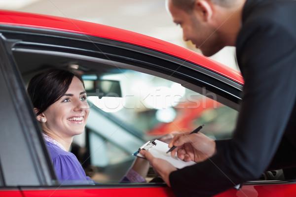 Femme voiture parler vendeur magasin route Photo stock © wavebreak_media