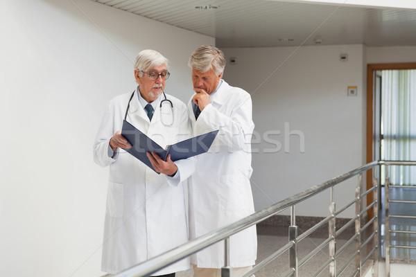 Stok fotoğraf: Doktorlar · ayakta · koridor · konuşma · izlerken · kâğıt