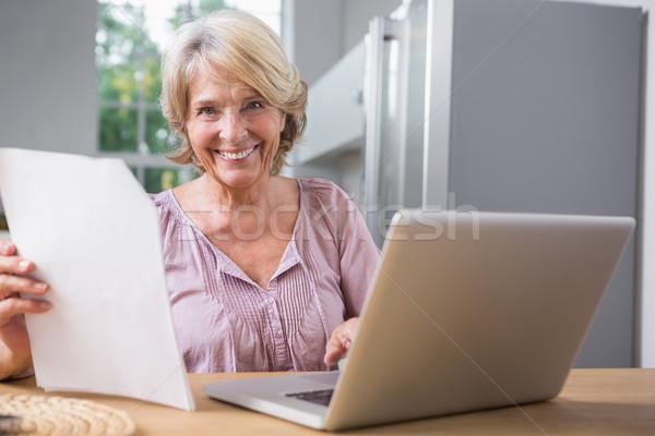 幸せ 成熟した女性 ラップトップを使用して 読む ファイル コンピュータ ストックフォト © wavebreak_media
