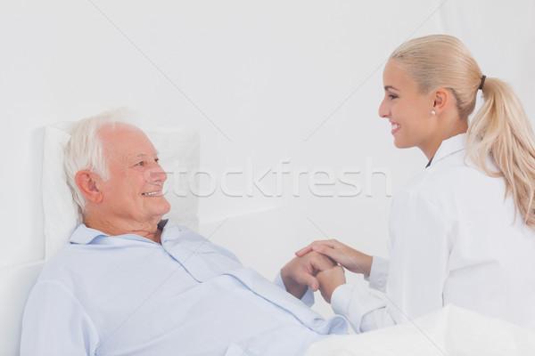 Lekarza pocieszający starszych pacjenta bed domu Zdjęcia stock © wavebreak_media