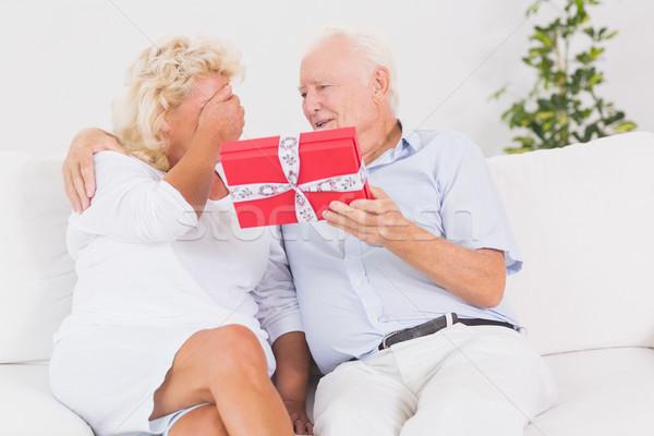 Stary oferowanie dar sofa kobieta Zdjęcia stock © wavebreak_media