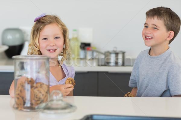 Irmão irmã bolinhos feliz balcão da cozinha casa Foto stock © wavebreak_media