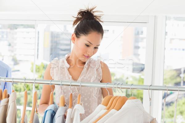 Piękna kobiet moda projektant rack ubrania Zdjęcia stock © wavebreak_media