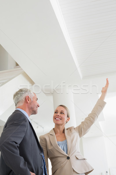Glimlachend makelaar tonen plafond potentieel koper Stockfoto © wavebreak_media